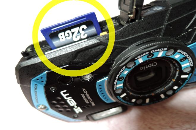 SDカードソケットにSDカードを挿入