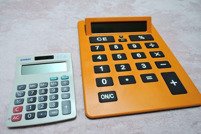 大きい電卓と普通サイズの電卓