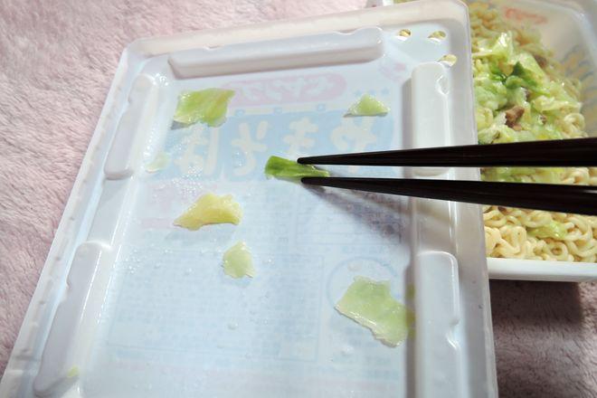 フタの裏に付いたキャベツを箸で容器に戻す