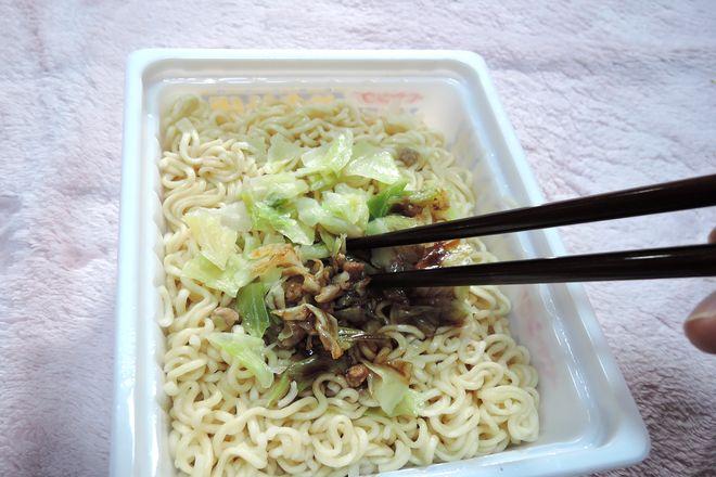 箸で麺とかやくとソースをよくかき混ぜる