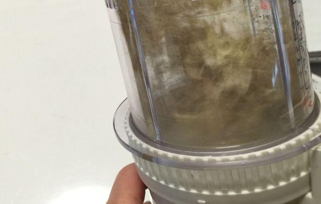 菊芋チップを粉砕する