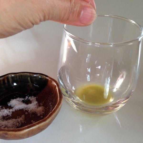 ニラの絞り汁に粗塩を加えます。