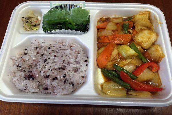 タニタ弁当(いかと彩り野菜のカレー炒め)