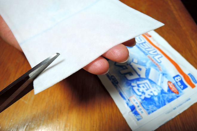 パップ剤をハサミで縦横1センチの正方形に切ります。