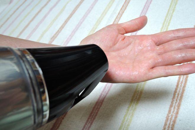 ドライヤーの冷風で手のひらを乾かします。