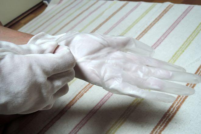 コットン手袋の上からゴム手袋をはめます。