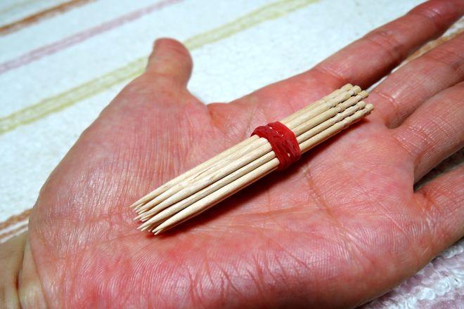 爪楊枝を10本ほど輪ゴムで束ねる