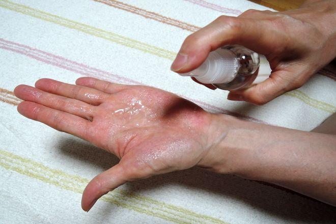ミョウバン水をスプレーで手のひらに塗る方法