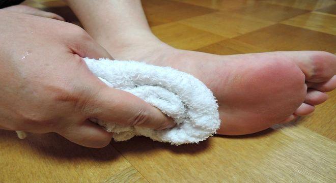 足の裏をきれいにする。