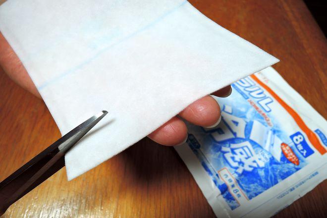 パップ剤をハサミで幅1センチ長さ5センチ程度に切ります。