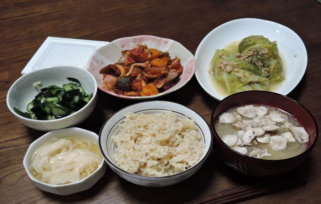 炊飯器で炊いた玄米と夕食のメニュー