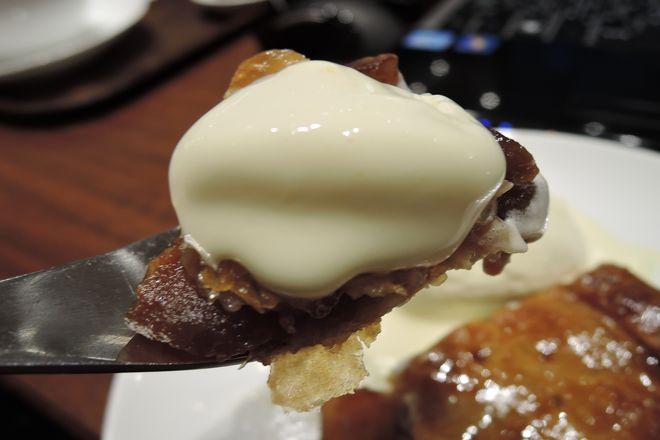 バニラアイスを添えてアップルパイをひとくち