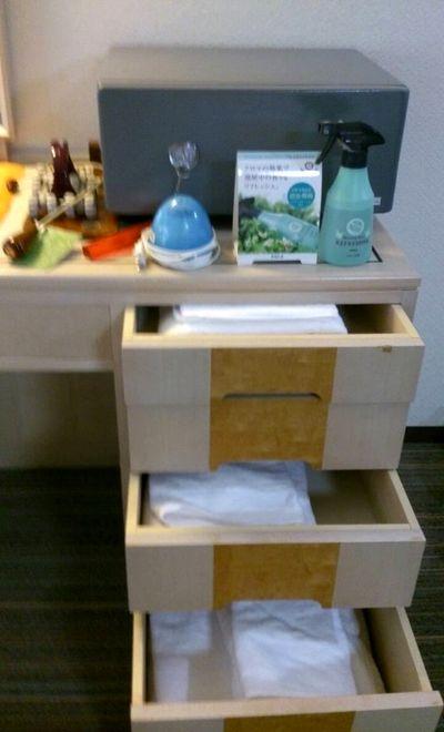 部屋には電気蚊取り器・消臭アロマスプレー・貴重品用金庫も置いてありました。